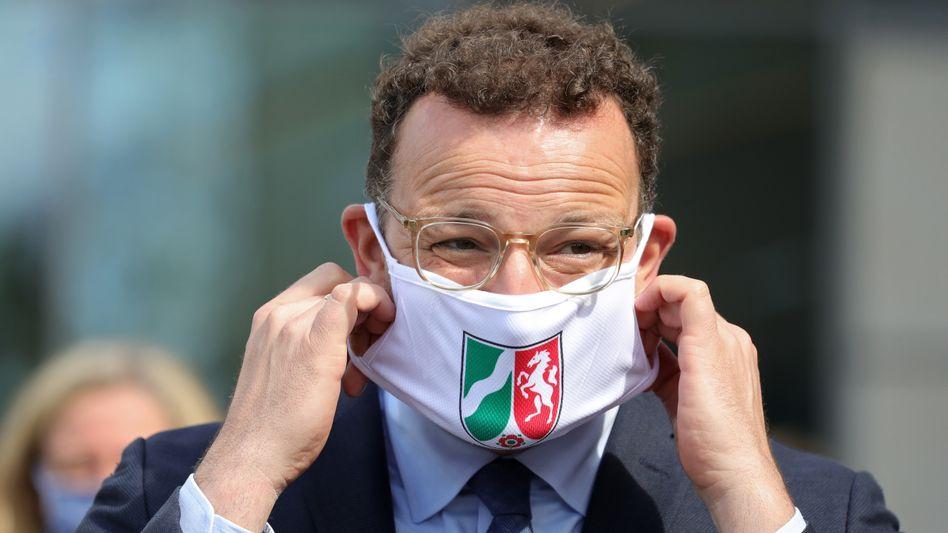 Spahn mit Maske mit dem Wappen Nordrhein-Westfalens