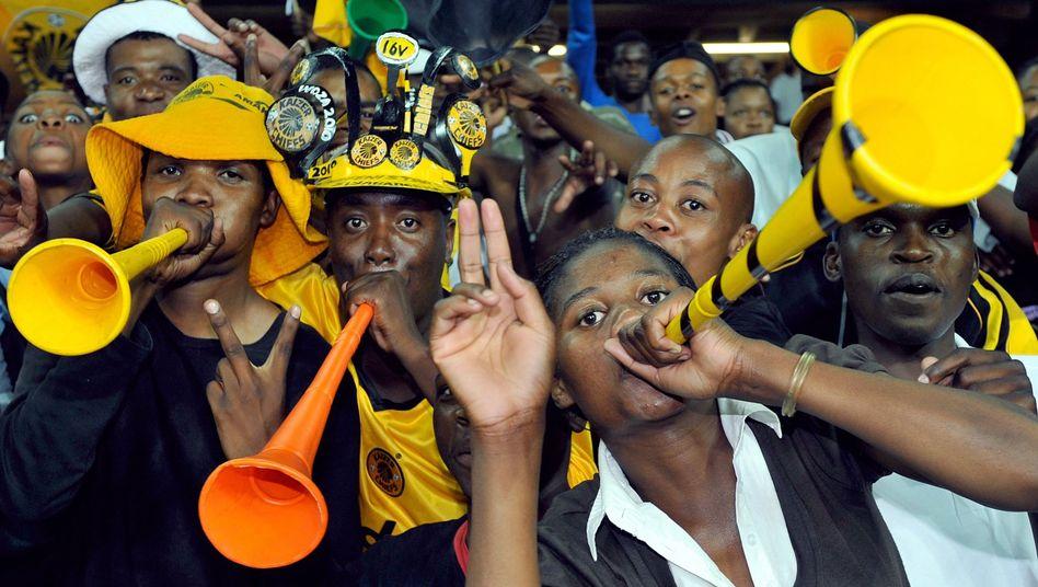 Fans mit Vuvuzelas in Südafrika: Lauter als Tröte, Glocke und Trommel