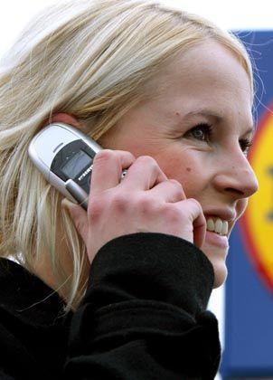 Frau mit Handy: Muss sie um ihren Schlaf fürchten?