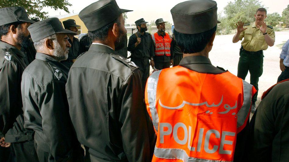 Ein Beamter des Bundesgrenzschutzes bei der Ausbildung afghanischer Polizei-Rekruten in Kabul (Archivbild, 2003)