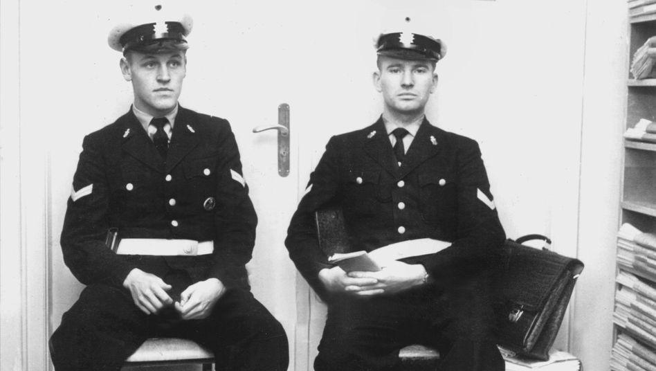 Oktober 1962: Bereitschaftspolizisten bewachen den Eingang zu den Dokumentationsräumen der SPIEGEL-Redaktion.