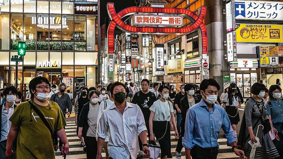 Passanten in Tokioter Vergnügungsviertel Kabukicho: Virus aus der Olympiablase