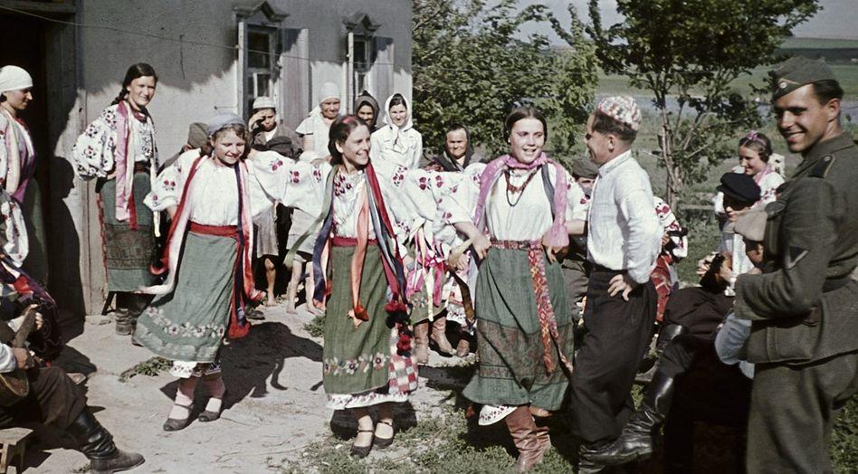 Tanzende Ukrainer, deutscher Wehrmachtsoldat 1941 bei Poltawa: »Das christliche Europa wird gern idealisiert«