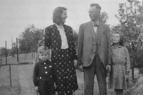 Wieder vereint: Ingrid Taegners Familie im großelterlichen Garten in Berlin. 1946 kehrte ihr Vater aus US-Kriegsgefangenschaft zurück.