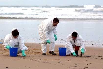 Mühsame Arbeit: Reinigungstrupp am Strand von Grand Crohot