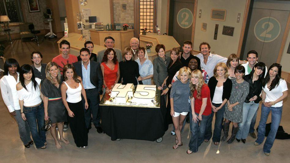"""Seit 1963 auf Sendung: die Seifenoper """"General Hospital"""", hier eine Aufnahme der Schauspielerinnen und Schauspieler von 2008"""