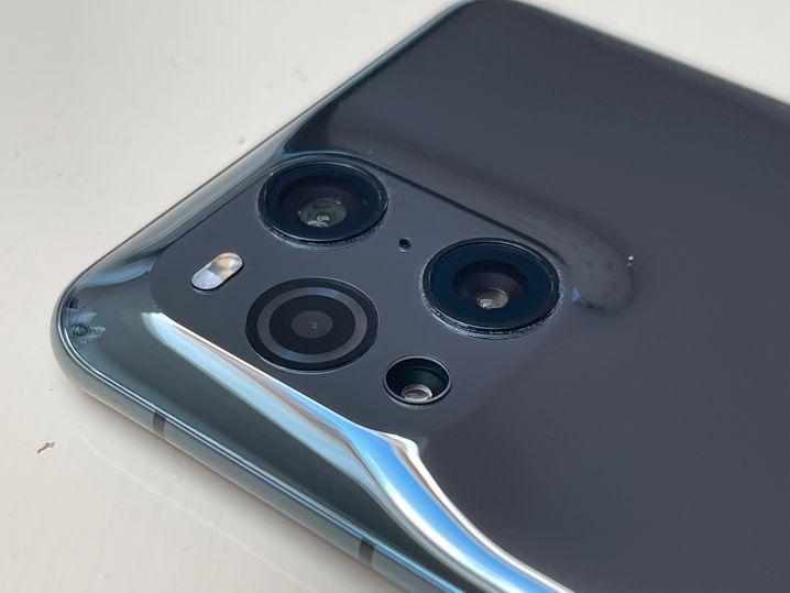 Schön gemacht: Weil der Übergang fließend gestaltet ist, fällt der Kamerahuckel des Oppo-Handys nicht so sehr auf