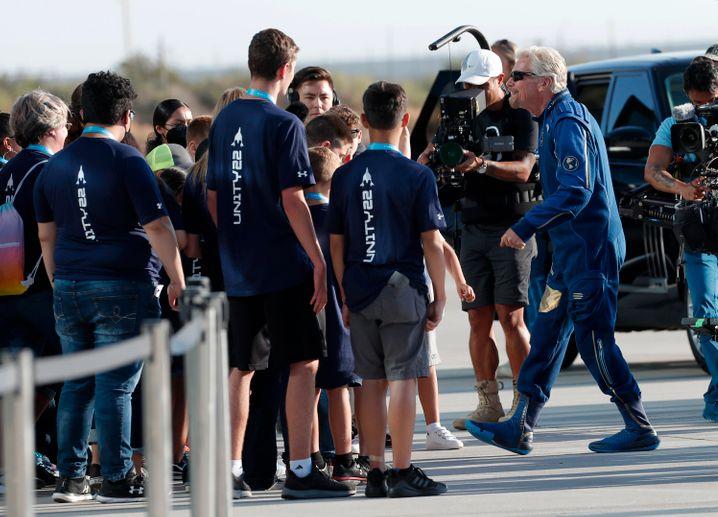 Multimillionär Richard Branson auf dem Weg zu seinem Weltraumflugzeug: am Rand des Weltalls gekratzt?