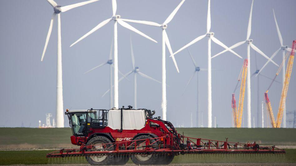Landwirt bei der Arbeit (Symbolbild): 10 Prozent der Fläche sollte als Schutzzone für Tiere und Pflanzen dienen
