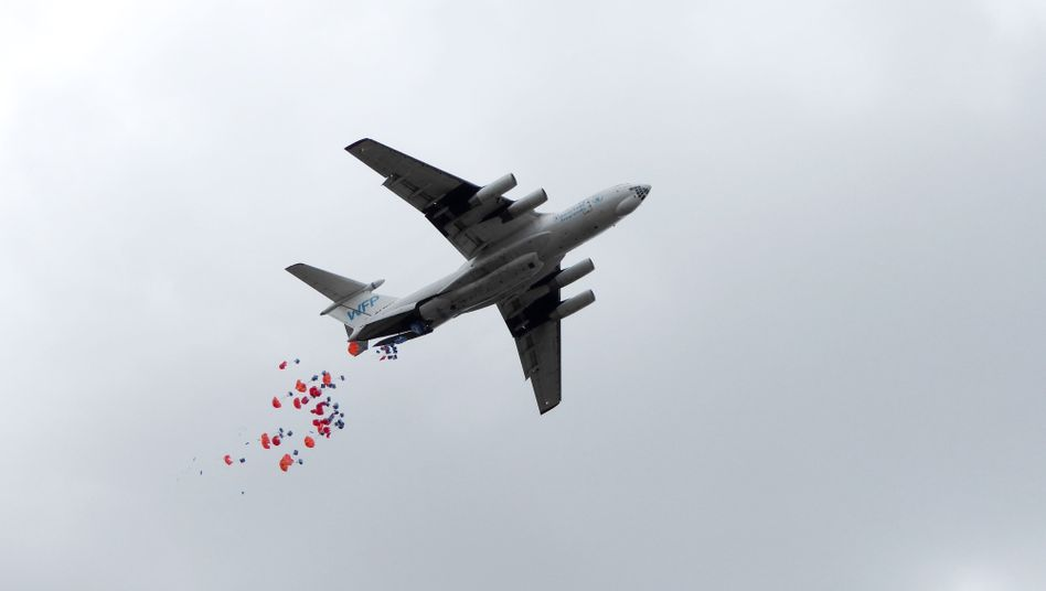 Nahrungsmittel für den Südsudan fallen aus einem Transportflugzeug