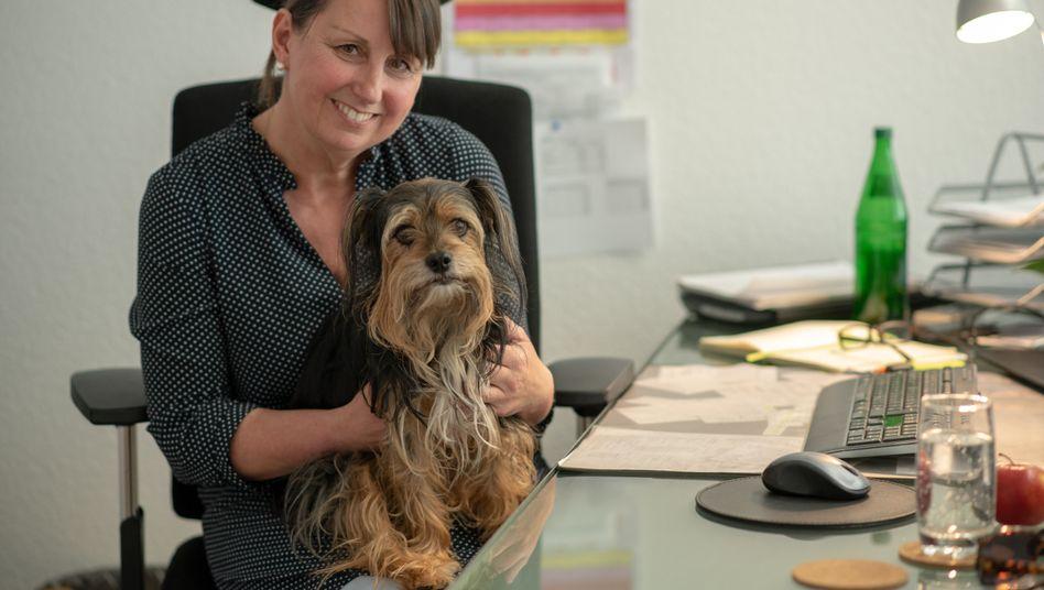 Tierisch netter Kollege: Anja Kühnbaum mit Bürohund Joey