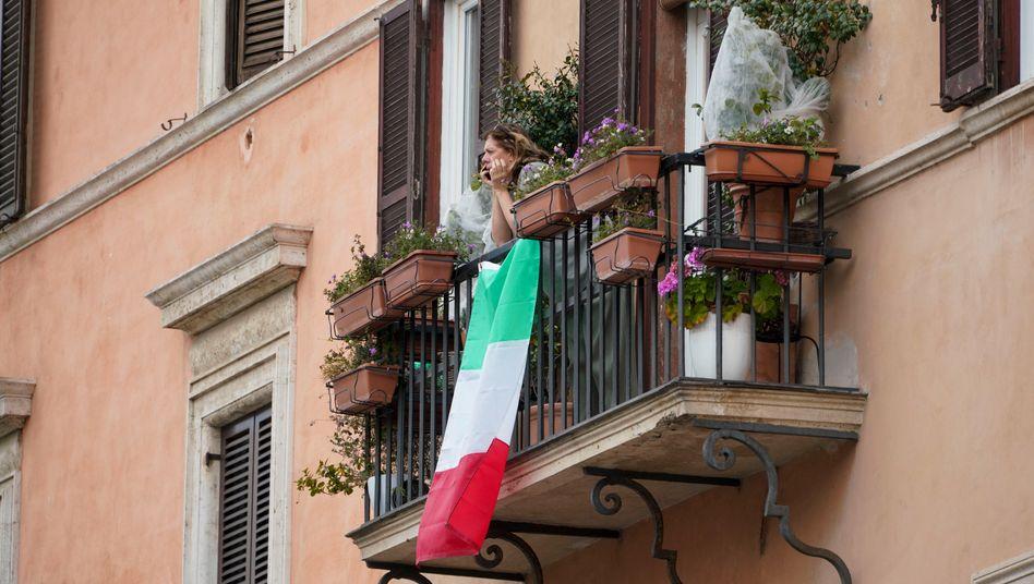 Frau auf einem Balkon in Rom: Italiener müssen weiter zu Hause bleiben