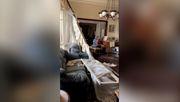 Ältere Dame spielt Klavier in verwüsteter Wohnung