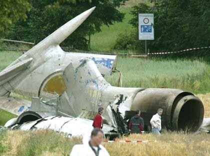 Ermittler an einer Fundstelle: Wussten die Piloten von der Gefahr?