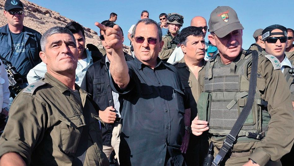 Verteidigungsminister Ehud Barak am Anschlagsort