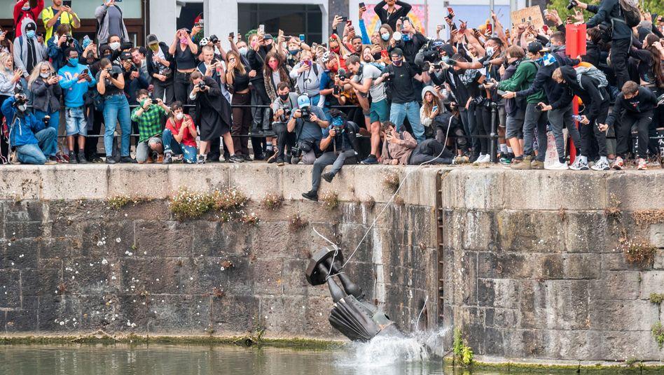 """""""Die Zeit der Sklaverei ist vorbei"""": Die Statue Edward Colstons fliegt ins Wasser (inzwischen wurde sie aus dem Hafen geholt)"""