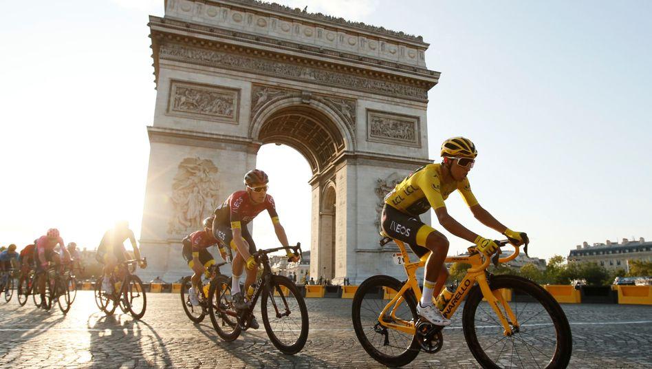 Egan Bernal (r.) bei seiner Triumphfahrt durch Paris