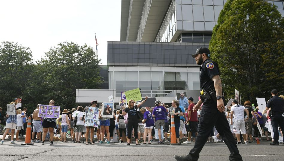 Angehörige von Oxycontin-Opfern protestieren im August 2018 vor dem Firmenhauptsitz von Purdue Pharma
