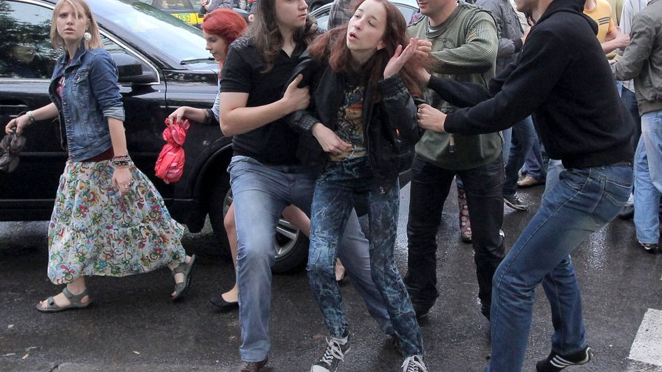 Minsk am Mittwoch: Polizisten in Zivil nehmen eine junge Demonstrantin fest