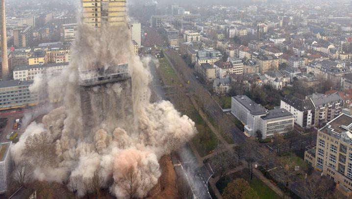 Frankfurter Uni-Hochhaus gesprengt: Und es hat Rumms gemacht
