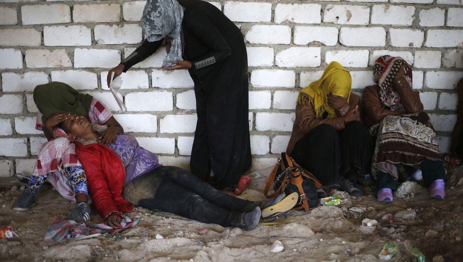 Erschöpfte Frauen in einem Flüchtlingslager in Nordlibyen