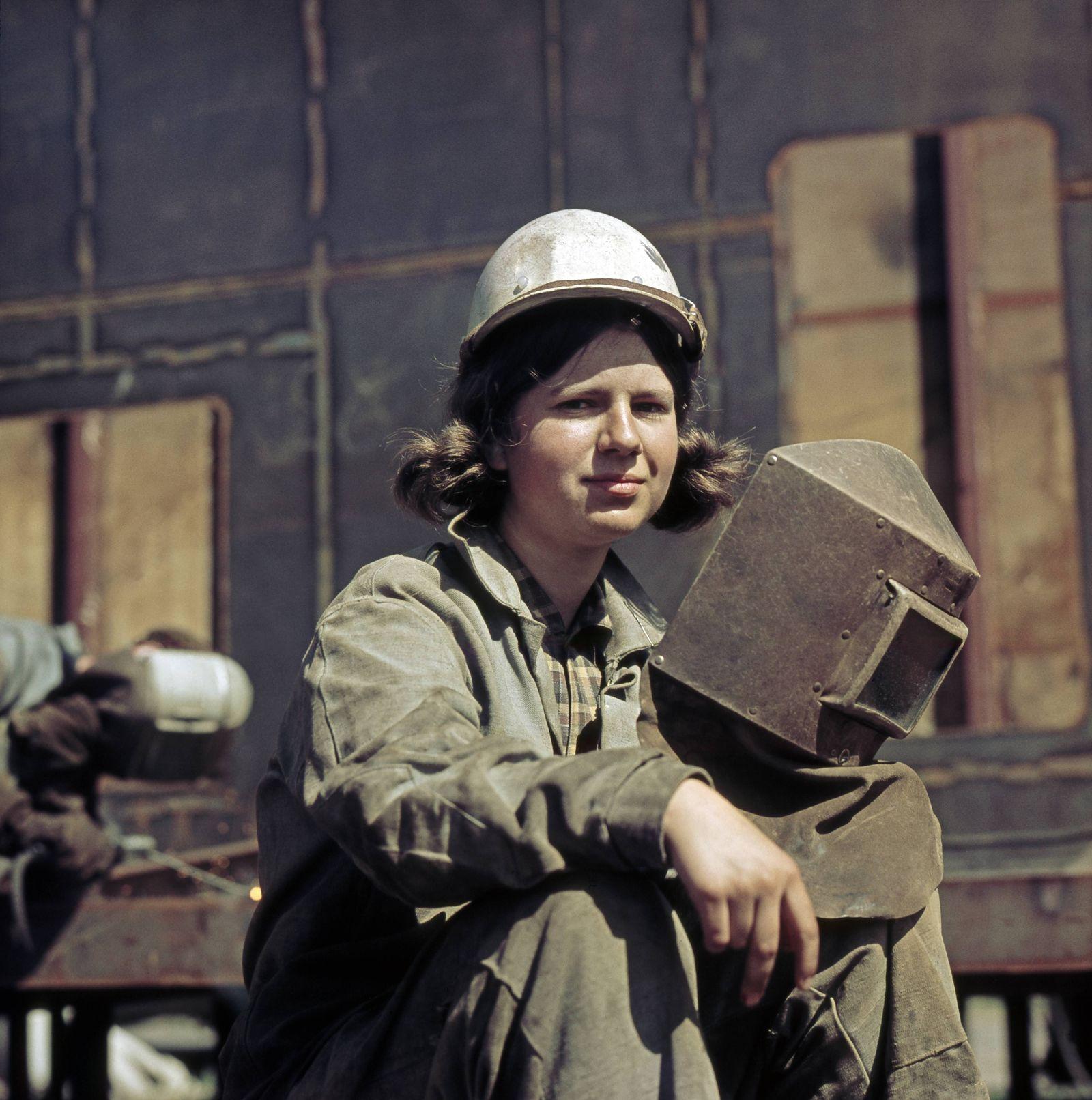 EINMALIGE VERWENDUNG Heldin der Arbeit - Junge Schweiflerin bei der Arbeit im VEB Warnowwerft Warnemuende dem groessten Werftbetrieb der DDR