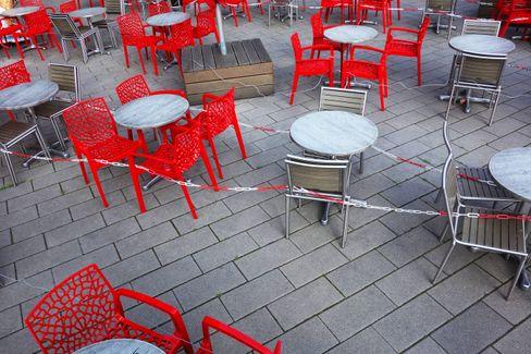 Leere Stühle vor einem Café