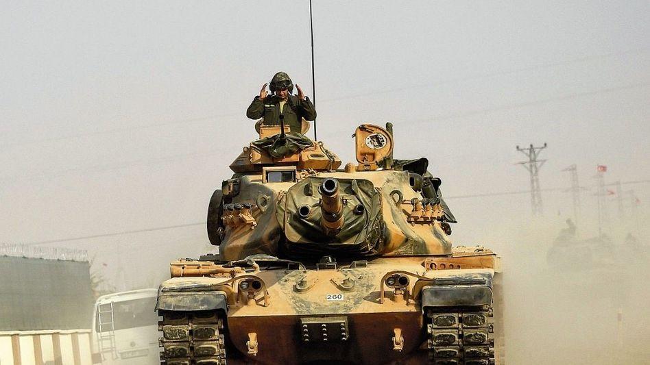 Türkische Panzer auf dem Weg nach Dscharabulus