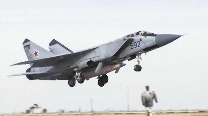 """MiG-31 Kampfflugzeug mit """"Kinschal""""-Rakete"""