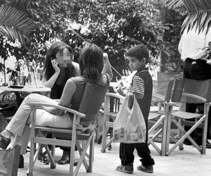 Jeder Cent zählt: Ein Junge verkauft Zigaretten