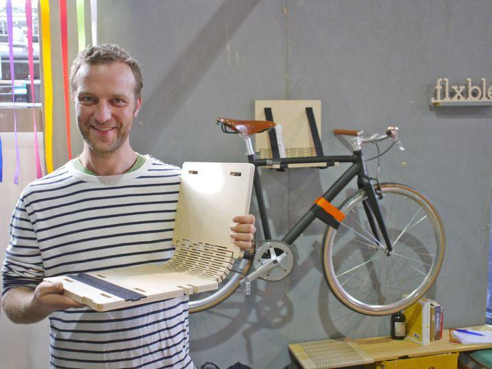 Designer Olaf Simon: Flexibles Brett als Wandhalter