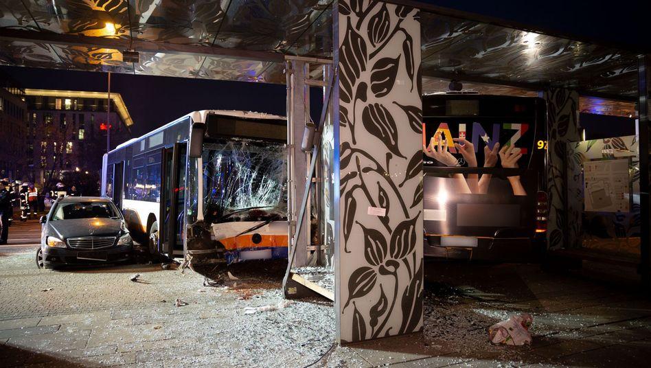 Ein beschädigter Pkw und ein beschädigter Bus stehen nach einem Unfall am Hauptbahnhof