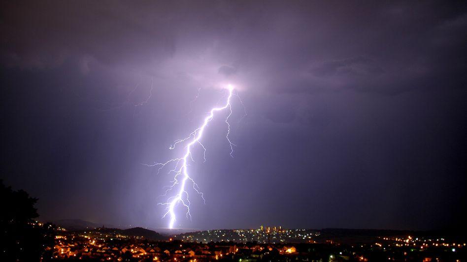 Blitz während Sommergewitter (in Fulda/Archivbild)
