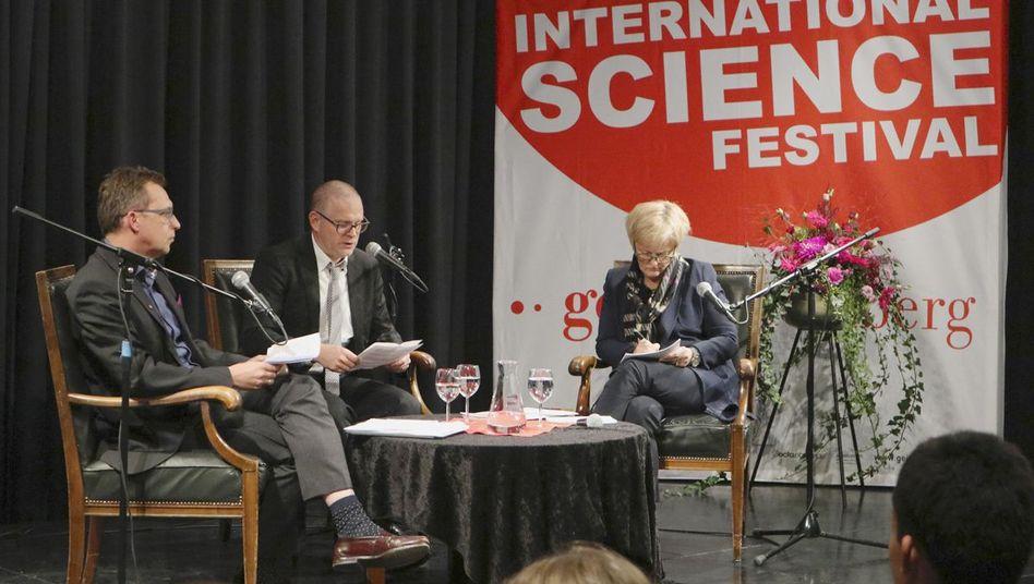 Weigel (links), Moderator Lingenhöhl und Künast auf der Bühne