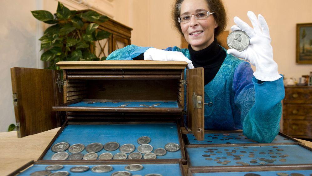 Passau: Hausmeisterin findet Silberschatz