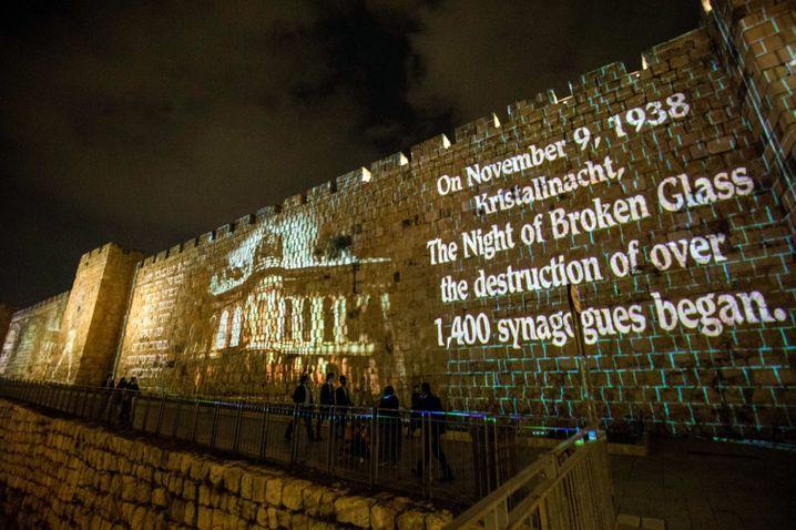 Jerusalem: Mit auf die Altstadtmauern projizierten Botschaften ist der Opfer derPogromnacht gedacht worden
