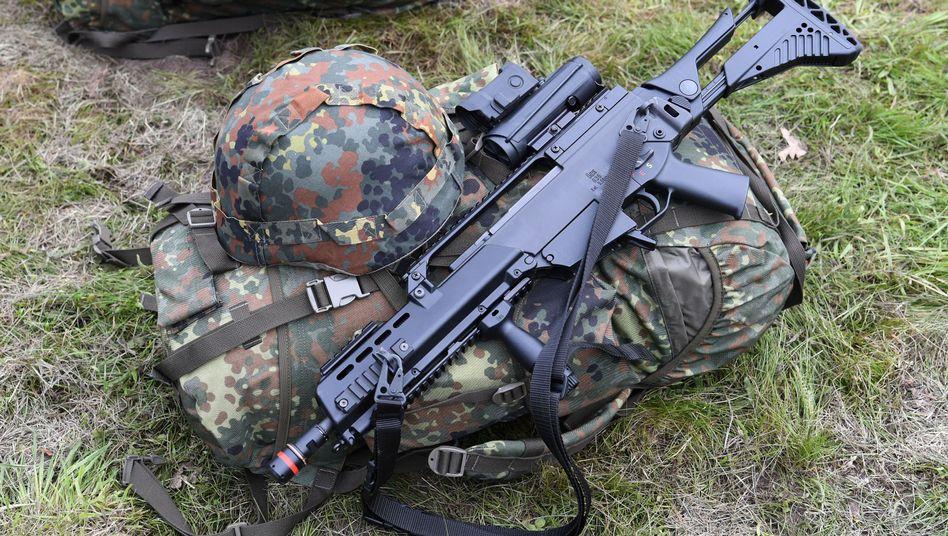 Gewehr und Ausrüstung eines Bundeswehrsoldaten