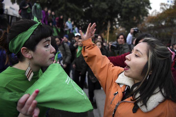 Eine Gegnerin und eine Befürworterin der Abtreibung streiten auf der Straße in Buenos Aires