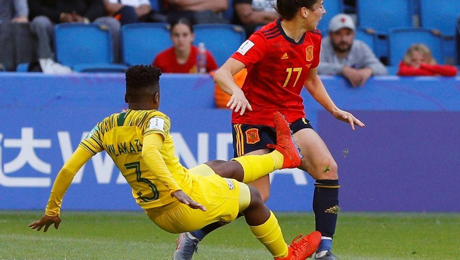 Nothando Vilakazi klärt den Ball und trifft dabei Lucía García am Oberschenkel