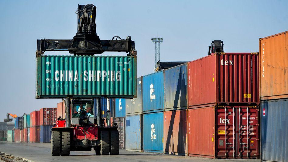 Containerverladung in Erenhot, China (2020): Die Zuwachsraten beim Außenhandel lagen im Juni erneut über den Erwartungen von Experten