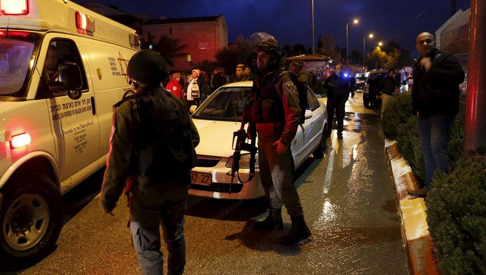Rettungskräfte am Tatort: Angriff im Lebensmittelladen