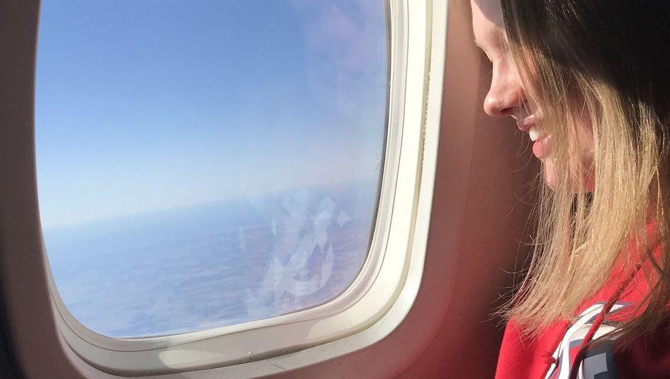Frau am Flugzeugfenster