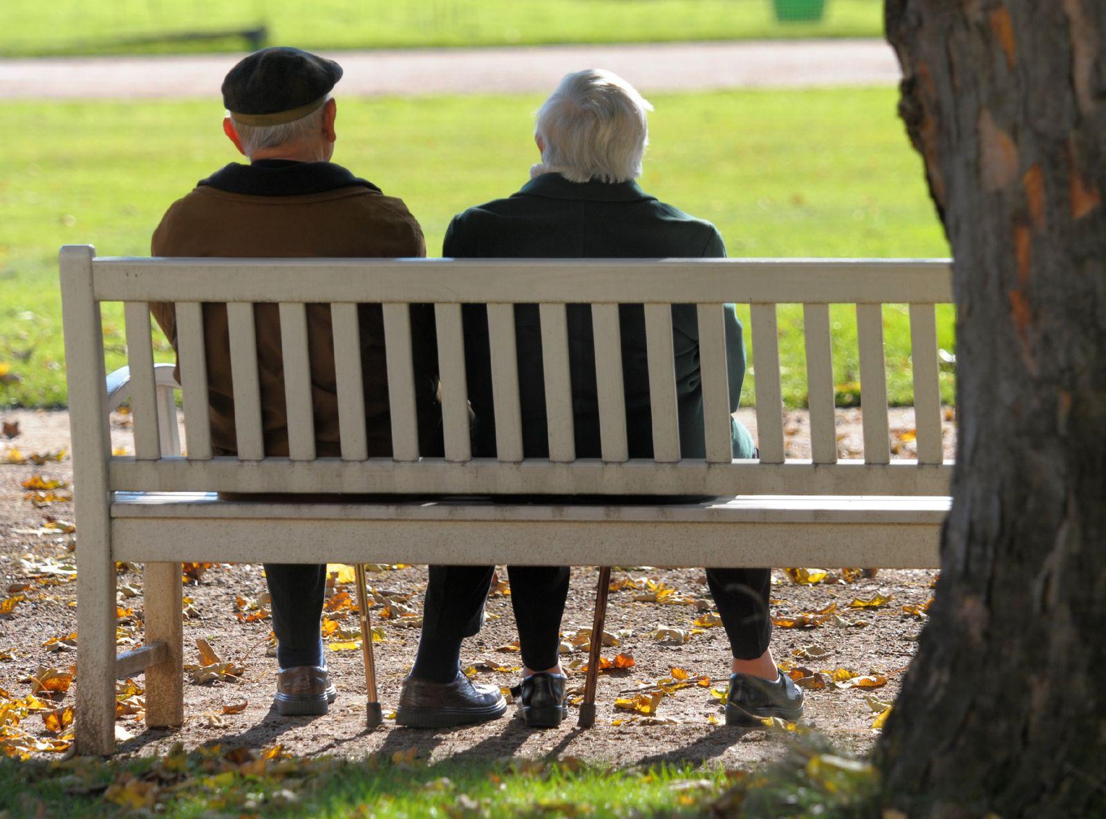 Rentner (auf Parkbank)