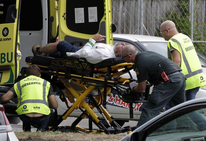 Sanitäter versorgen in Christchurch einen Verletzten