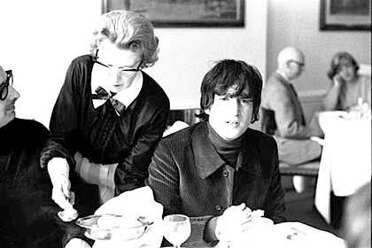 Eines der unveröffentlichten Peto-Fotos: Beatle John Lennon lässt sich im Café bedienen