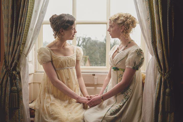 Harriet Smith (Mia Goth) und Emma Woodhouse (Anya Taylor-Joy)