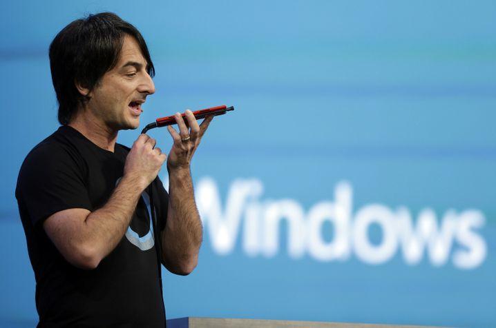 Microsoft-Manager Belfiore demonstriert die Möglichkeiten der sprachgesteuerten Assistentin Cortana in Windows Phone 8.1