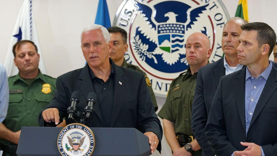Mike Pence in der McAllen-Grenzstation, Texas