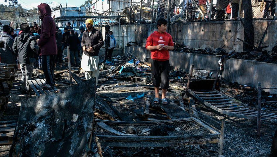 """Reste eines ausgebrannten Containers im Camp Moria: """"Der Tod des Kindes bricht uns das Herz"""""""