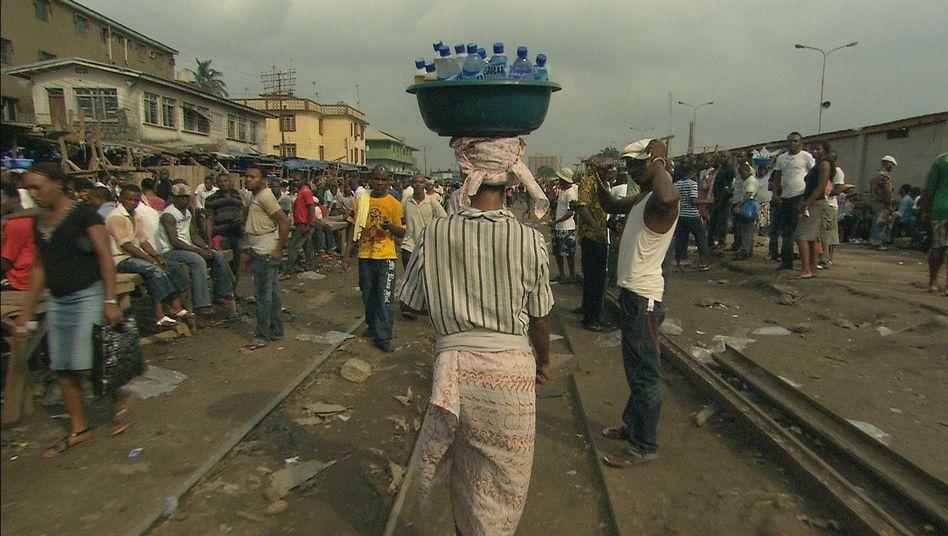 Filmszene: Wie hier in Nigeria können sich viele ärmere Menschen das saubere Flaschenwasser nicht leisten.